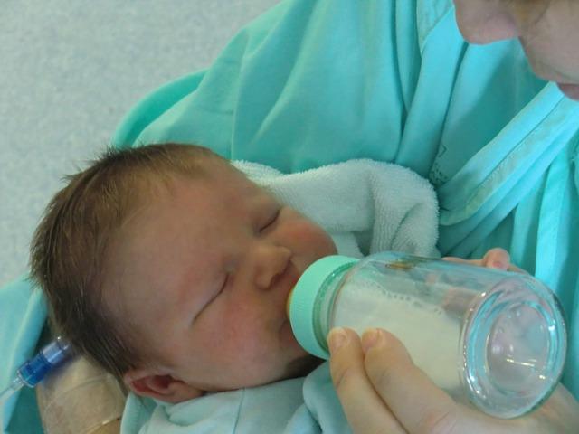Cómo dar el biberón a un recién nacido