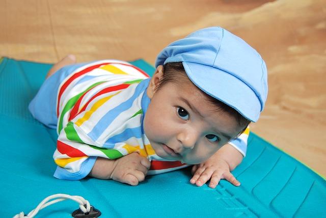Bebé que empieza a gatear